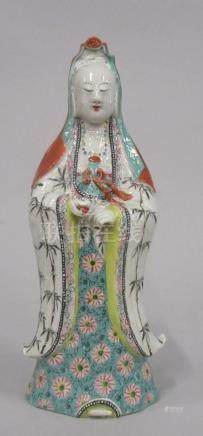 CHINE - Kwan Yin en porcelaine polychrome. H. 35 cm