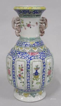 CHINE - Vase en porcelaine à cartouches en relief à décor polychrome de fleurs.
