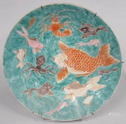 CHINE - Grand plat en porcelaine polychrome à décor de poissons, crustacés et p