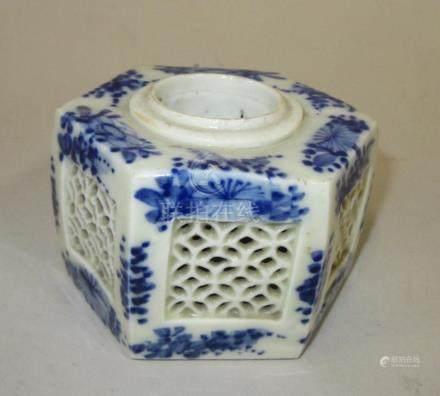 CHINE - Encrier hexagonal en porcelaine blanc et bleu ajouré à décor de feuilla