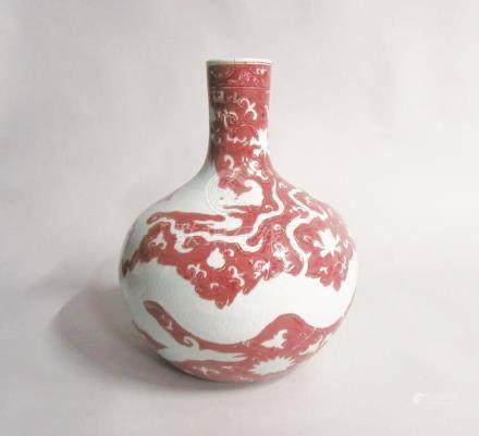 CHINE - Grand vase de forme tianqiuping en porcelaine à décor rouge de cuivre d