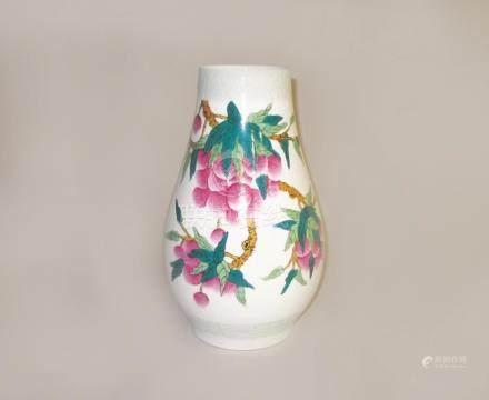 CHINE, XXe siècle - Grand vase en porcelaine à décor polychrome de branchages e