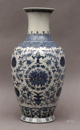Early 20th century Chinese Republic period vase in porcelain