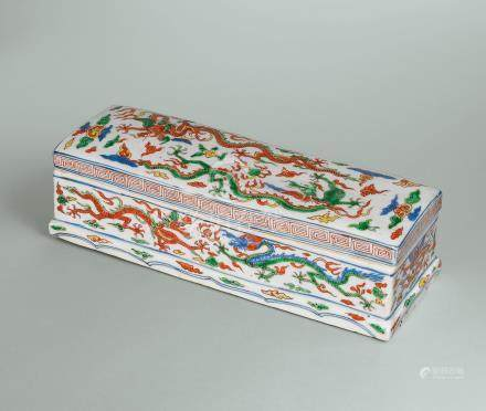 明萬曆 五彩龍戲珠月下梅紋長方蓋盒 雙方框六字楷書橫款