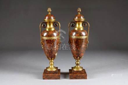 Paire de Cassolettes. Marbre rouge griotte et bronze doré. Style Louis XVI.Haut