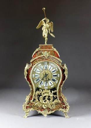 Cartel Louis XV, de Forme violoné. A marqueterie façon Boulle et à riche orneme