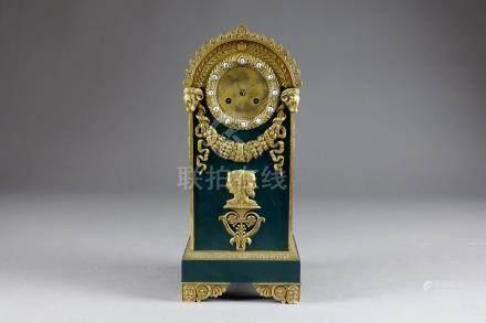 Pendule d'époque Empire, de Forme borne. Bronze ciselé, doré au mercure et émai