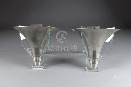 Paire d'Appliques Art Déco, de Forme cornet. A ailettes de verre. Une lumière i