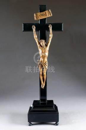 Grand Christ janséniste. Les bras à la verticale, le regard tourné vers le ciel