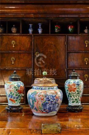 17世纪中国五彩狮菊纹带盖梅瓶一对。
