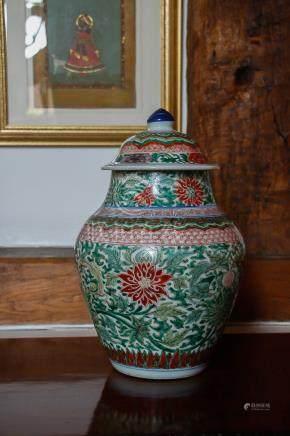 18世纪 五彩缠枝莲纹盖罐