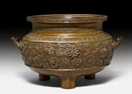A MASSIVE BRONZE CENSER DECORATED WITH CHRYSANTHEMUM.
