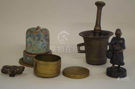 A mixed group of Oriental items,to include a cloisonne enamel vessel. (5)
