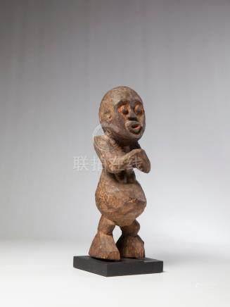 MAMBILA, Cameroun. Statuette féminine en bois ligneux dont les bras se rejoigne