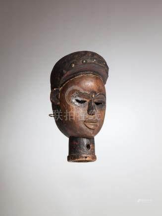 KONGO, RDC. Très ancien masque cimier à profonde patine d'usage, des clous de t