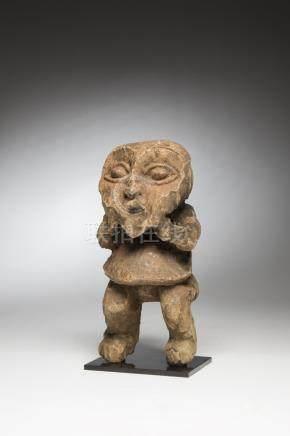 "MAMBILA, Cameroun. Statue ""Mantab"" gardien tutélaire de la maison familiale. Bo"