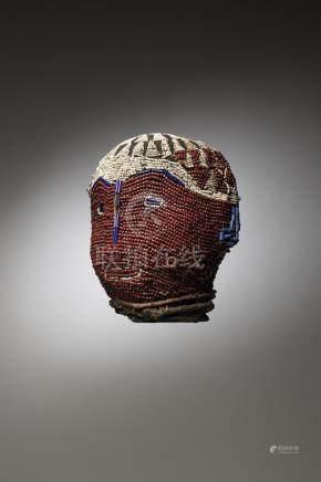 """BAMILEKE, Cameroun. Tête perlée """"Atwonze"""" utilisée lors des liturgies guerrière"""