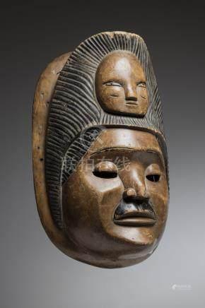 IBIBIO, Nigéria. Masque à double visage superposés, auréolé d'une coiffure stri
