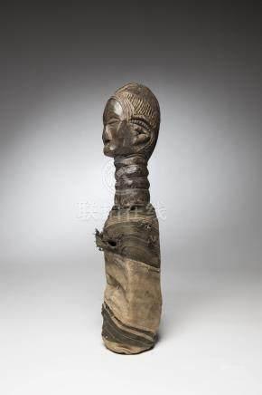 MENDE, Sierra Léone. Statue reliquaire de protection dont le corps évidé compor