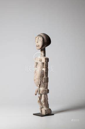 KOROBO, Ghana. Statue masculine en bois clair enduite de kaolin d'une belle com