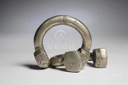 TOUAREG, Niger. Paire de bracelets en métal à décor guilloché, région d'Agadès