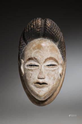 PUNU, Gabon. Masque blanc aportant une coiffe à quatre coques striées. Yeux en
