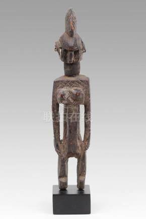 AFO, Nigéria. Statuette féminine au visage et au corps richement scarifié. On r