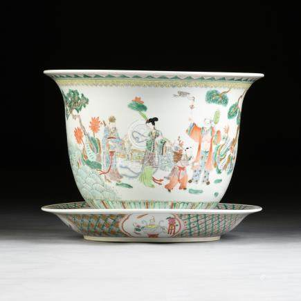 A LARGE CHINESE FAMILLE VERTE ENAMELLED PORCELAIN JARDINIERE AND PLATTER, LATE 20TH CENTURY, of