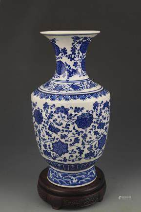 A LARGE BLUE AND WHITE LOTUS FLOWER VASE