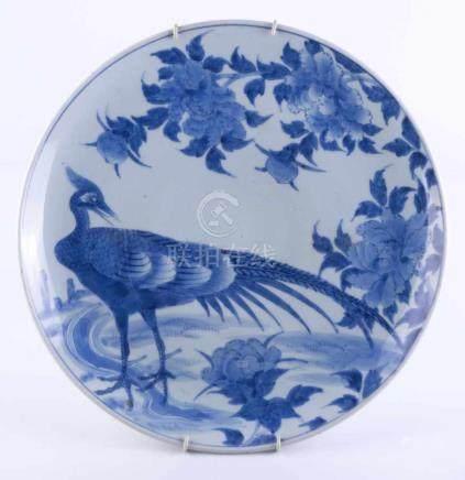 Großer Teller Japan Anfang 19. Jhd.blau-weiß Malerei mit Fasan und Pfirsichen, mit Wandhalterung,