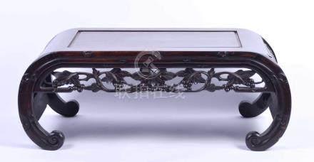 Gelehrtentisch Tisch China Qing DynastieHartholz beschnitzt mit Rankendekor, Maße: 26,5 cm x 70 cm x