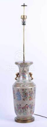 Lampe China um 1900Porzellan, polychrom und goldstaffiert, H: Vase(Lampenfuß) 60 cm, Gesamthöhe