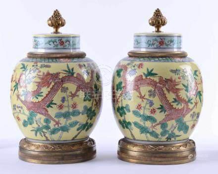 Paar Deckelvasen China 19. Jhd.mit französischen Bronzemontierungen, gelber Fond farbig staffiert