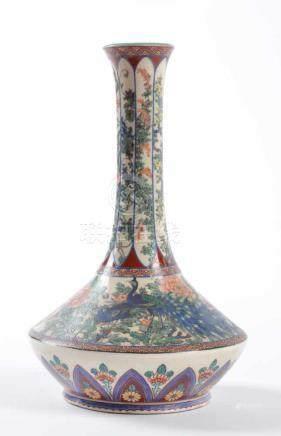 Satsuma Vase Japan 19. Jhd.äußerst fein bemalt mit Chrysantemen- und Pfauendekor, farbig