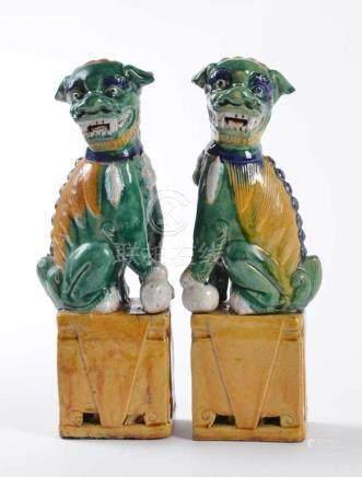 Paar Fo-Hunde mit Sancai-Glasur 19. Jhd.auf hohem, rechteckigem Sockel mit je zwei passigen