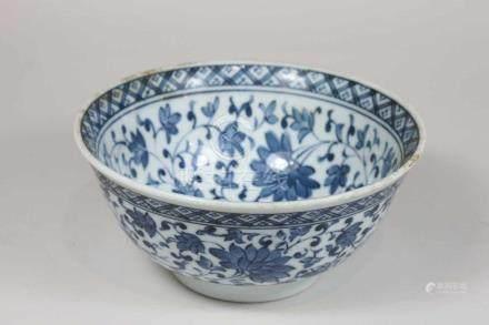 Kumme, Thailand 20. Jh., floraler Dekor auf weißem Grund, blaue Bodenmarke, H.: 7 cm, D.: 15 cm.