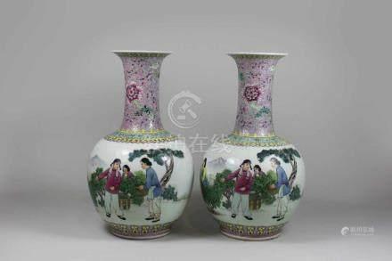 Paar Vasen, China 20. Jh., Famille rose, jeweils mit Ernteszene, rote Siegelmarke am Boden: