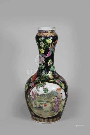 Vase, China 20. Jh., Famille noir, Darstellung von spielenden Kindern mit Laternen, rote