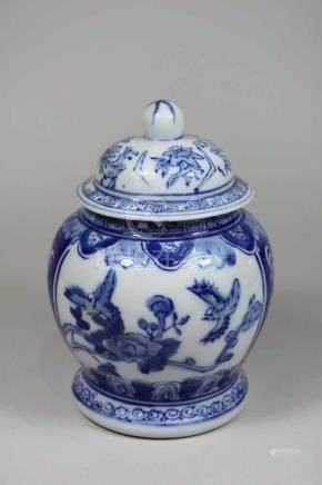 kleines Deckelgefäß, China spätes 20. Jh., Blumendekor blau-weiß, blaue Bodenmarke Qianlong Nian