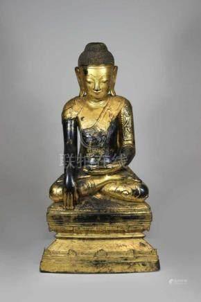Buddhafigur, Thailand 20. Jh., Holz, Teil des Kopfschmuckes verlustig, H.: 62 cm, Sockel mit
