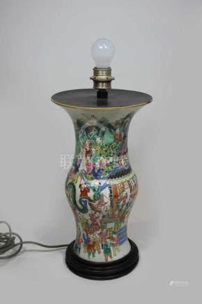 Vase, China 19. Jh., Famille Verte, polychrome Darstellung des Neujahrsfest, nachträglich zu Lampe