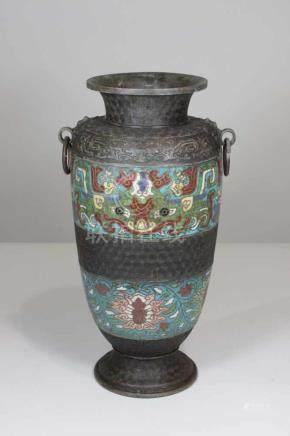 Vase mit 2 Ringhandhaben und waagerechten Cloisonnebändern, H.: 39 cm.