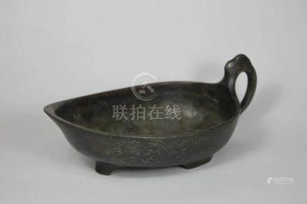 Bronzeschale mit Handhabe, China 19. Jh., ziseliert, L.: 22,5 cm.