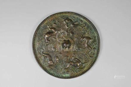 Alter Bronze-Spiegel, China, verso verziert mit Reliefdarstellung von Fo-Hunden und Trauben, D.: