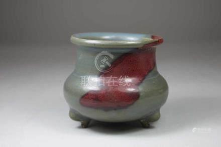 Alter Porzellan-Weihrauchbecher, China, blaue Glasur mit rotem Fleck, H.: 8 cm, guter Zustand.