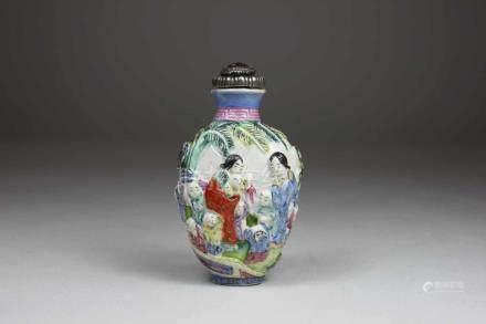 Snuff Bottle, China, Porzellan, rote Qianlong-Marke, Wandung reliefiert und polychrom staffiert,