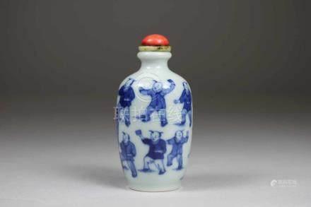 Snuff Bottle, China, Porzellan, mit seltener 6-Zeichen Qianlong-Siegel-Marke, staffiert blau-