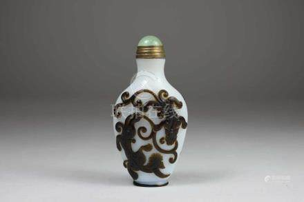 Snuff Bottle, China, Opak-Weiss-Glas, mit doppelseitigem braunem Überfang-Chi-Long-Muster, H.: 7,8