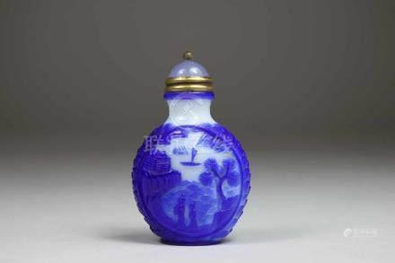 Snuff Bottle, China, Opak-Weiss-Glas, mit seltener 4-Zeichen Qianlong Siegel-Marke, mit blauer