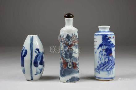 3 Snuff Bottles, China, Porzellan, 1x blau-weiss-rot staffiert mit Kampfszene, 1x blau-weiss-rot